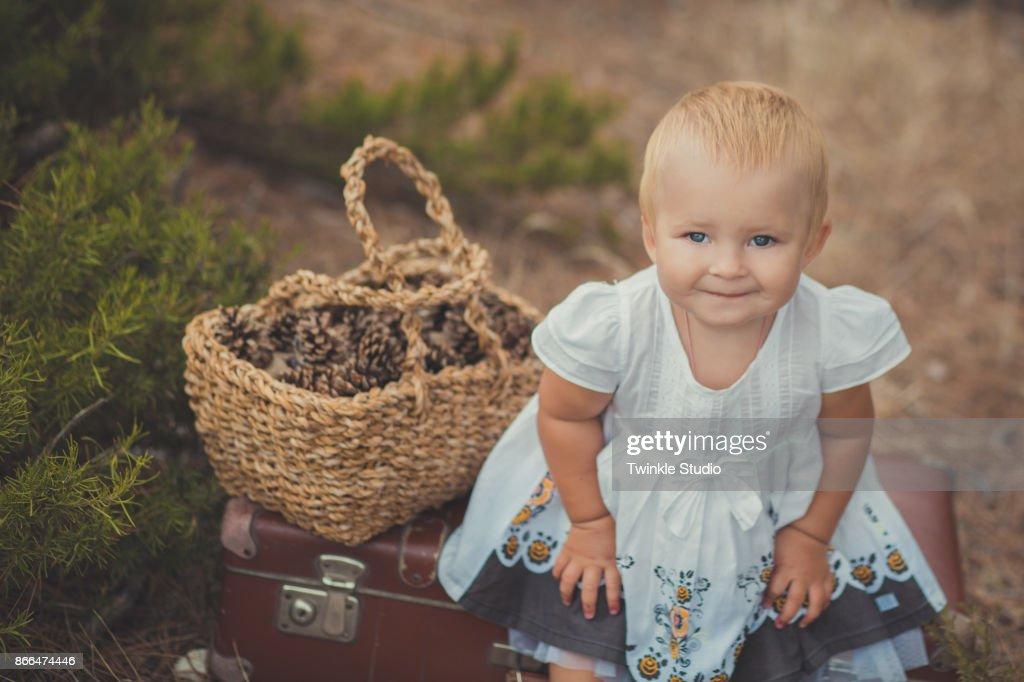 20e2b267cecb6b Gelukkig Schattige Babymeisje Met Blonde Haren En Blauwe Ogen Dragen Retro  Oude Stijl Modieuze Witte Jurk ...