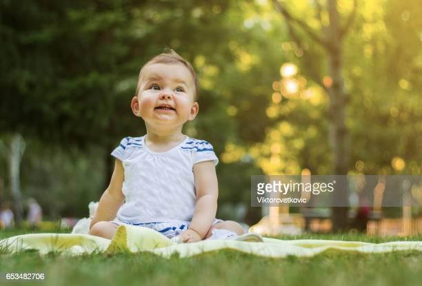 Gelukkige dochter baby spelen op aard