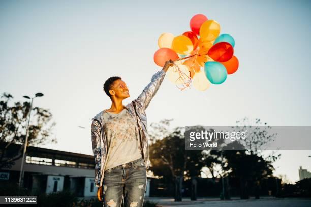 happy days with balloons - loslassen aktivitäten und sport stock-fotos und bilder
