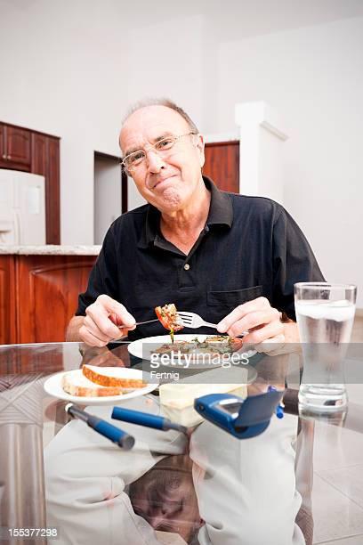 Happy Diabetische senior Genießen Sie eine gesunde Mahlzeit