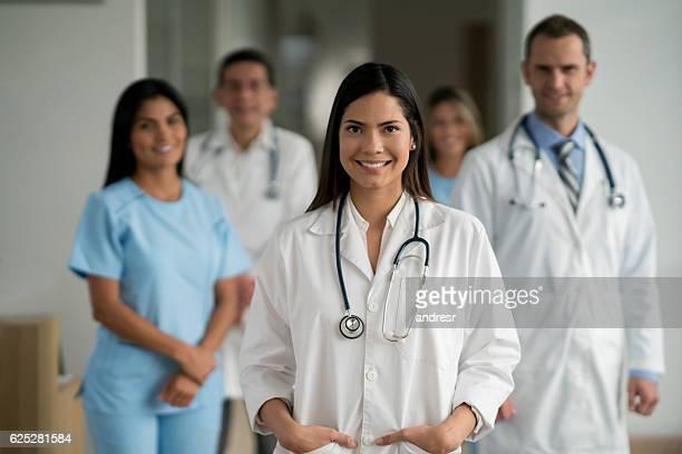 happy doctor at the hospital - doutor - fotografias e filmes do acervo