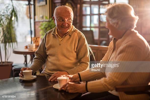 Gerne Älteres Paar Genießen Sie in einem Café und Kommunikation.