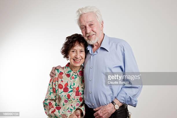 happy elderly couple hugging - da cintura para cima imagens e fotografias de stock