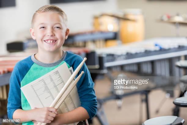Glücklich Grundschule junge bereitet sich auf Musik-Klasse