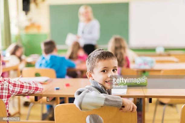 Feliz Aluno da Escola Primária em sala de aula.