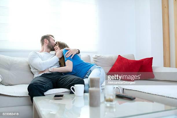 Acogido beso pareja feliz en su nuevo hogar