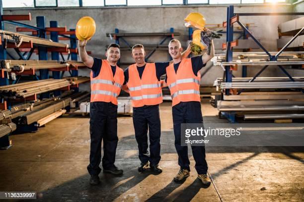 trabalhadores manuais abraçados felizes em um moinho de aço. - metalúrgico - fotografias e filmes do acervo
