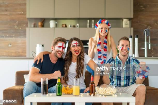 felice inglese e francia coppie di tifosi di calcio a casa - evento di calcio internazionale foto e immagini stock