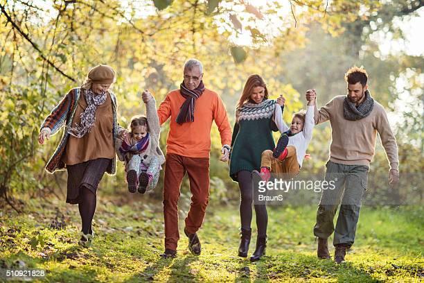 Glückliche Großfamilie im Park Spaß haben.
