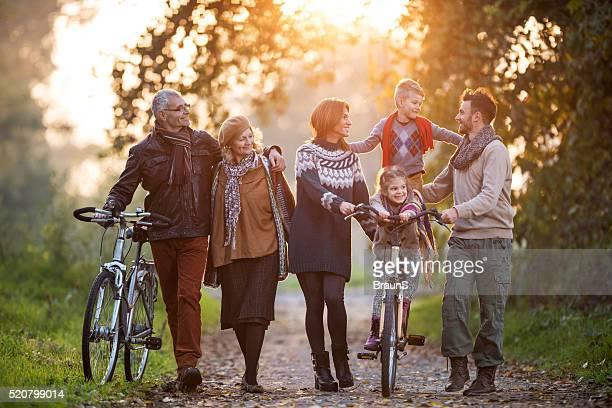 Glücklich erweiterte Familie verbringen Ihre Herbst Tag im Park.