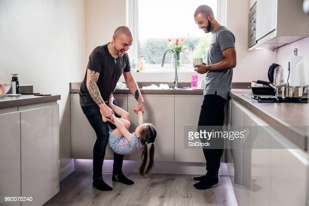 feliz familias - masculinidad moderna fotografías e imágenes de stock