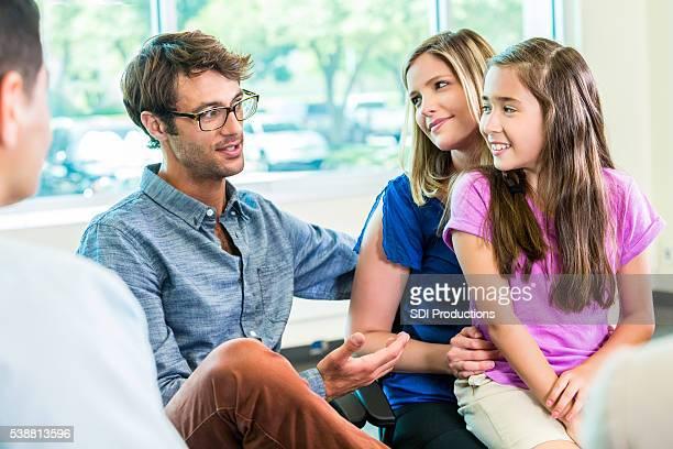 Feliz familia en orientación de asesoramiento.