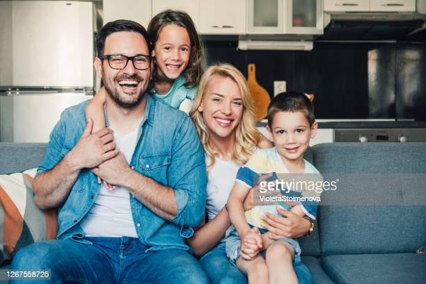 lycklig familj hemma. - tvåbarnsfamilj bildbanksfoton och bilder