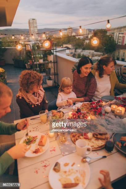 Glückliche Familie an Thanksgiving-Abendessen