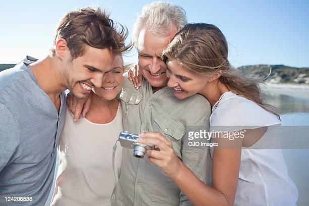 Glückliche Familie am Strand, Blick in die Kamera