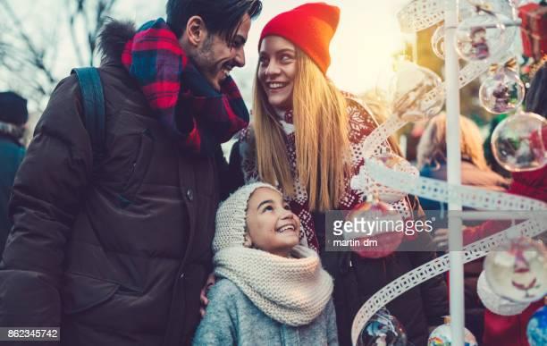 happy family at the christmas market - banca de mercado imagens e fotografias de stock