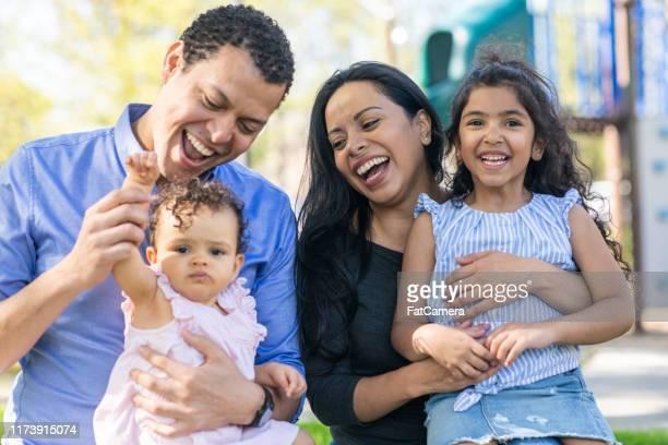 gelukkige familie in het park - spaans en portugese etniciteit stockfoto's en -beelden