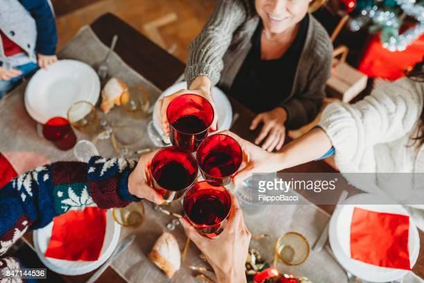 Glückliche Familie feiert Weihnachten in Italien