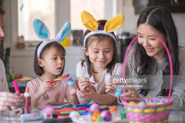 イースターを祝う幸せな家族 - happy easter mom ストックフォトと画像