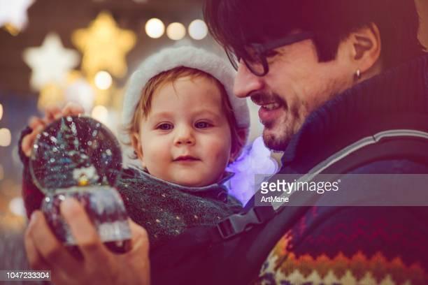 クリスマスに幸せな家族選択する雪の世界