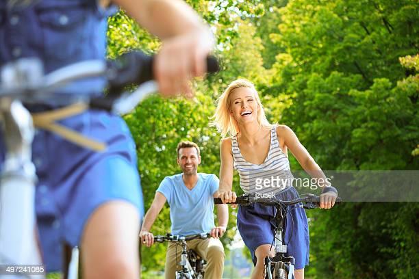 famille heureuse vélo - cadrage à la taille photos et images de collection