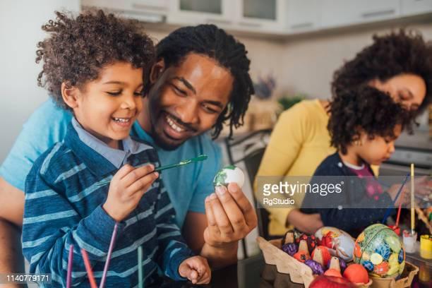 イースターエッグを飾る幸せな家族 - happy easter mom ストックフォトと画像