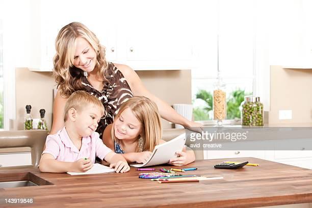 Heureuse famille faire leurs devoirs ensemble