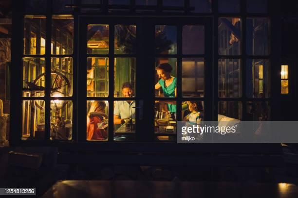 gelukkige familie tijdens diner in de eetkamer - evening meal stockfoto's en -beelden