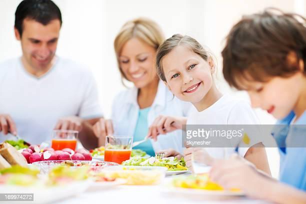 Heureuse famille manger ensemble en plein air