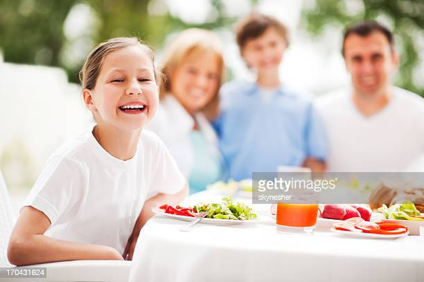 Heureuse famille de manger ensemble.