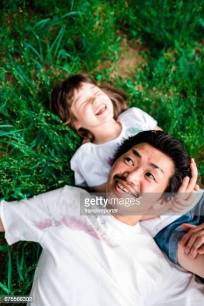 幸せな家族は、横になって草の上お楽しみください。