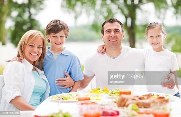 Heureuse famille appréciant dans le dîner en plein air