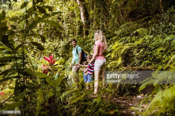 feliz familia disfrutando en la selva tropical. - lombok fotografías e imágenes de stock