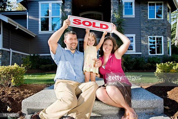 Heureuse famille excité sur leur nouvelle maison