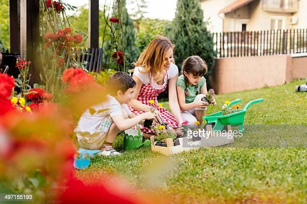 Famille heureuse ensemble dans un jardin arrière-cour.