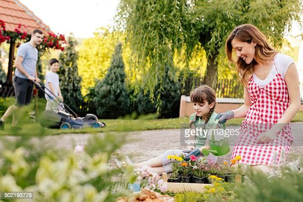 Happy Family jardinería juntos en el patio.