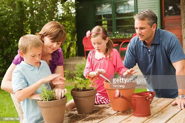 Famille heureuse ensemble de jardinage Hz