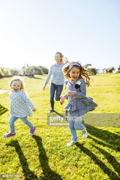 幸せな家族が公園で楽しい時を過す - シンプルな暮らし ストックフォトと画像