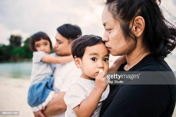 familia feliz divertirse en la playa. - asia pacífico fotografías e imágenes de stock