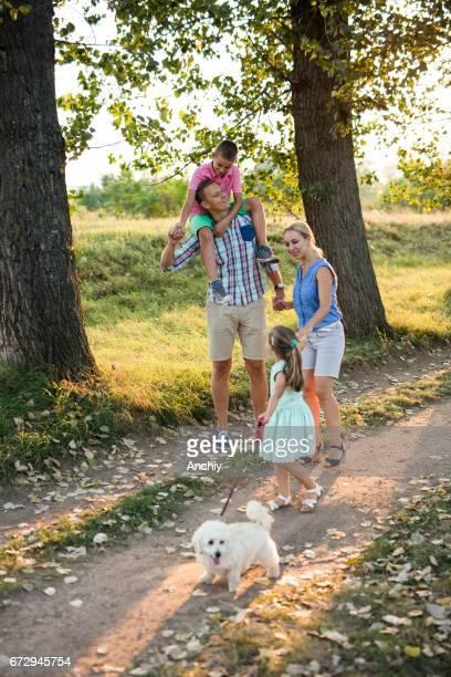 Gelukkige familie na een wandeling in de herfst in het park.