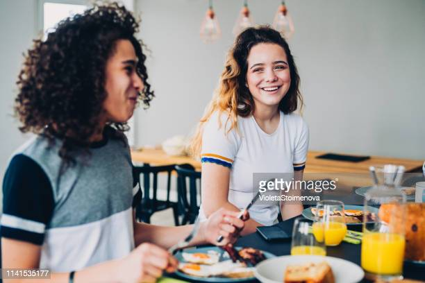 gelukkig gezin met ontbijt - ontbijt stockfoto's en -beelden