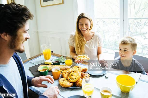 Glückliche Familie zu Hause mit Frühstück