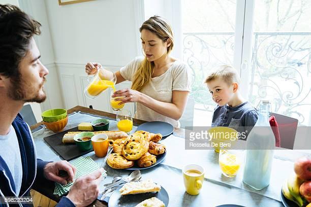 Familia feliz juntos en casa con desayuno