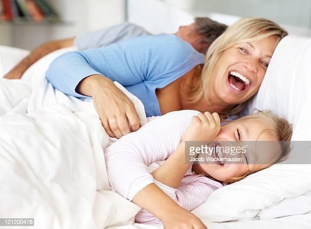 Glückliche Familie Spaß auf dem Bett am Morgen