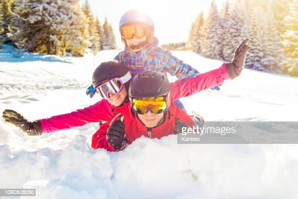 família feliz se divertindo na neve - ski holiday - fotografias e filmes do acervo