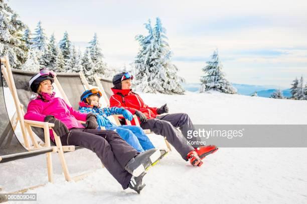 雪の中で楽しんで幸せな家族 - スキー旅行 ストックフォトと画像