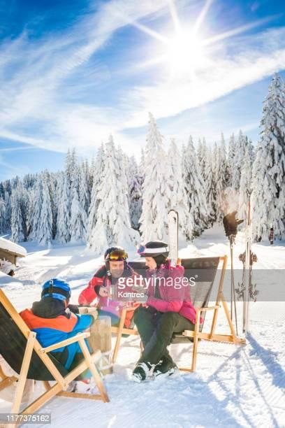 雪の中で楽しい楽しみを持っている幸せな家族 - スキー旅行 ストックフォトと画像