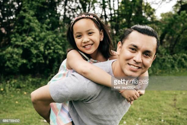 glückliche familie spaß im freien - alleinerzieher stock-fotos und bilder