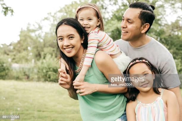 幸せな家族の屋外の楽しみ