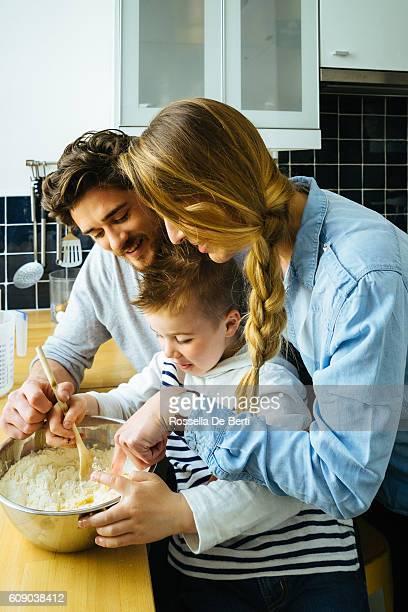 Famille heureuse s'amusant tout en préparant les repas ensemble
